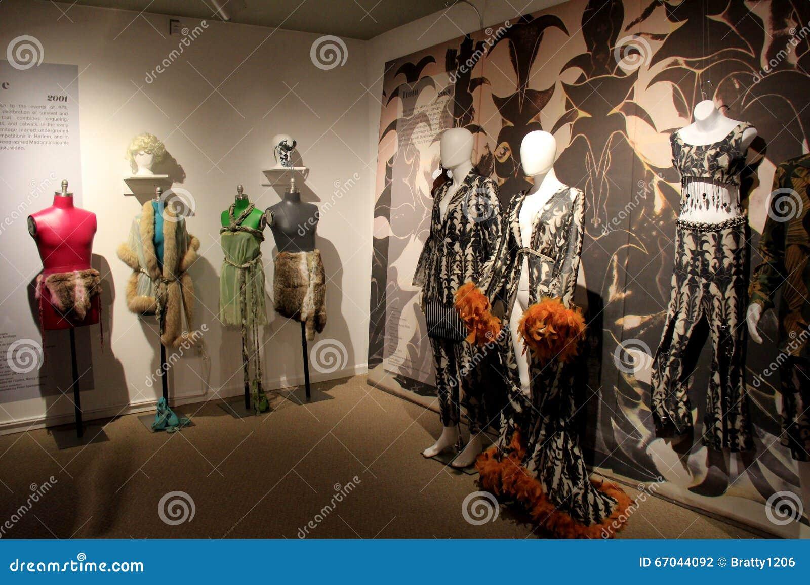 Διάφορα μανεκέν έντυσαν στα κοστούμια χορού σχεδιαστών, Εθνικό Μουσείο του χορού, Saratoga Springs, Νέα Υόρκη, το 2016