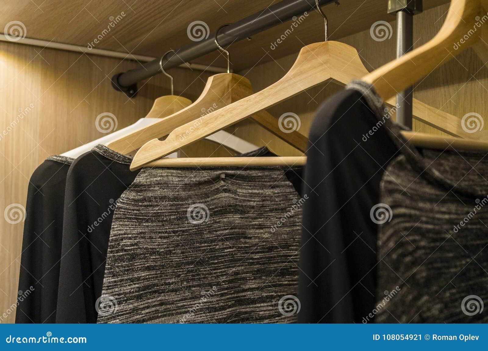 d21812c7f948 Διάφορα Symmetrically κρεμασμένα μαύρα θηλυκά πουκάμισα Στοκ Εικόνα ...