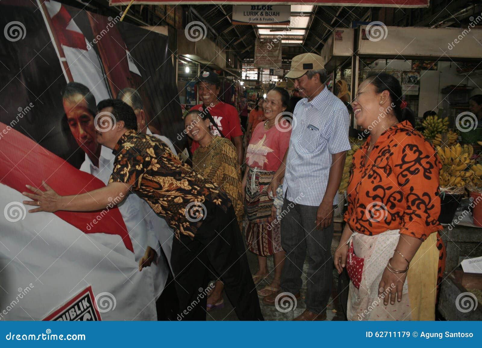 Διάφοροι έμποροι αγοράς Gede γιορτάζουν τη νίκη