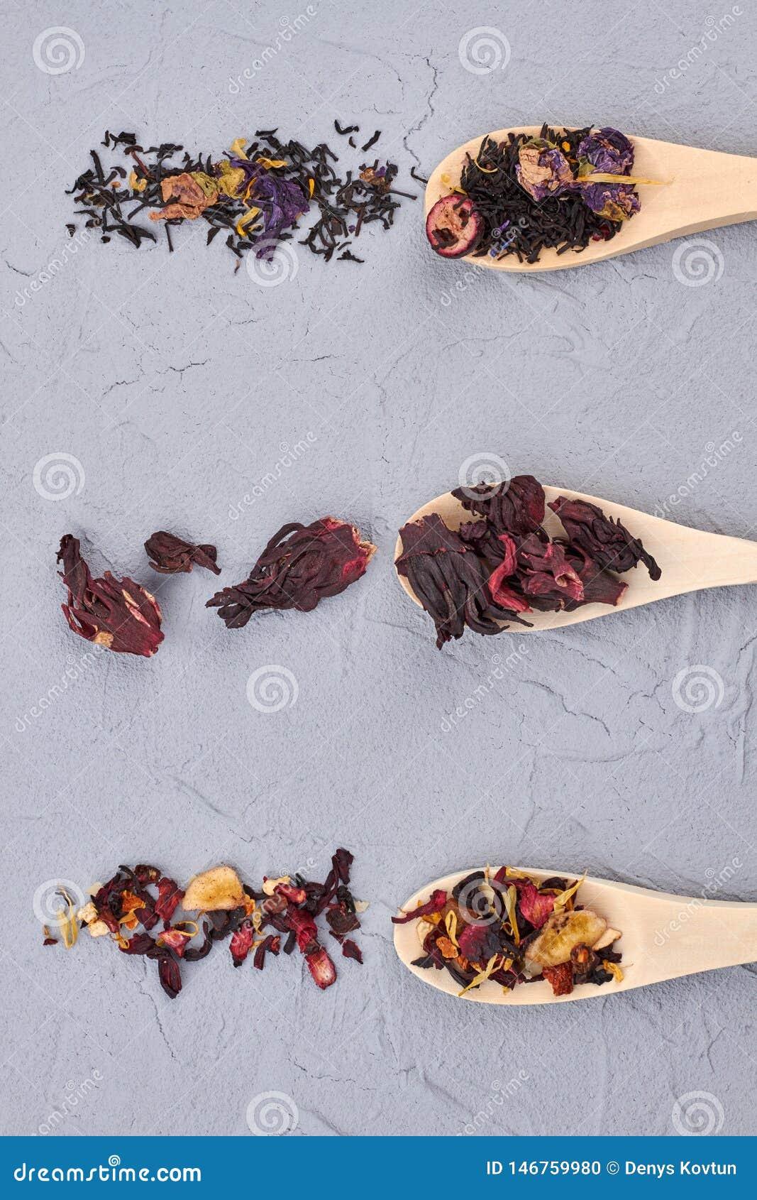 Διάφοροι τύποι φύλλων τσαγιού στα ξύλινα κουτάλια
