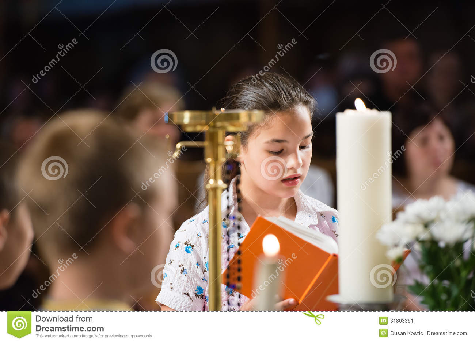 Διαβάζει την προσευχή