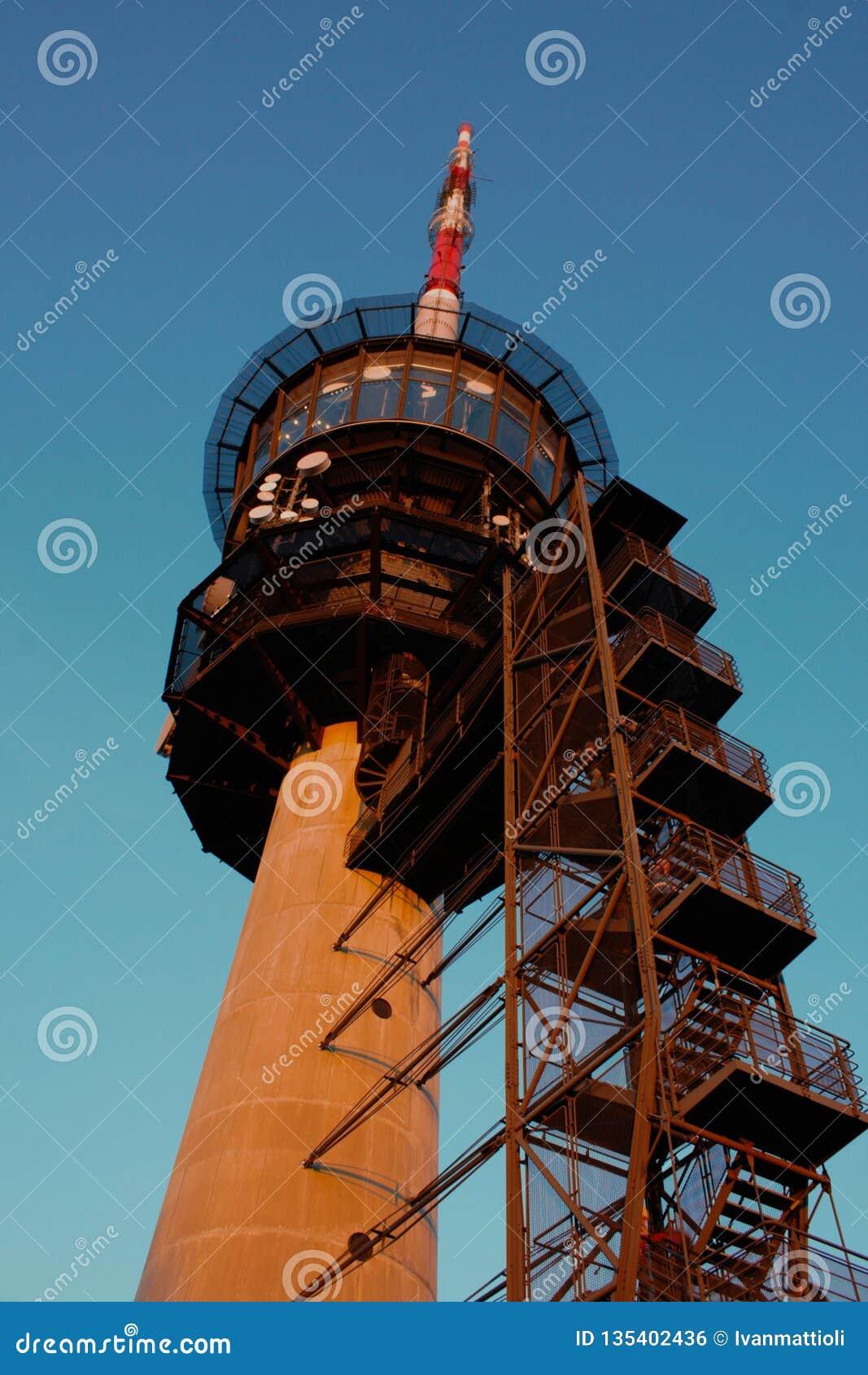 Διαβίβαση του πύργου σε Bantiger κοντά στη Βέρνη, Ελβετία