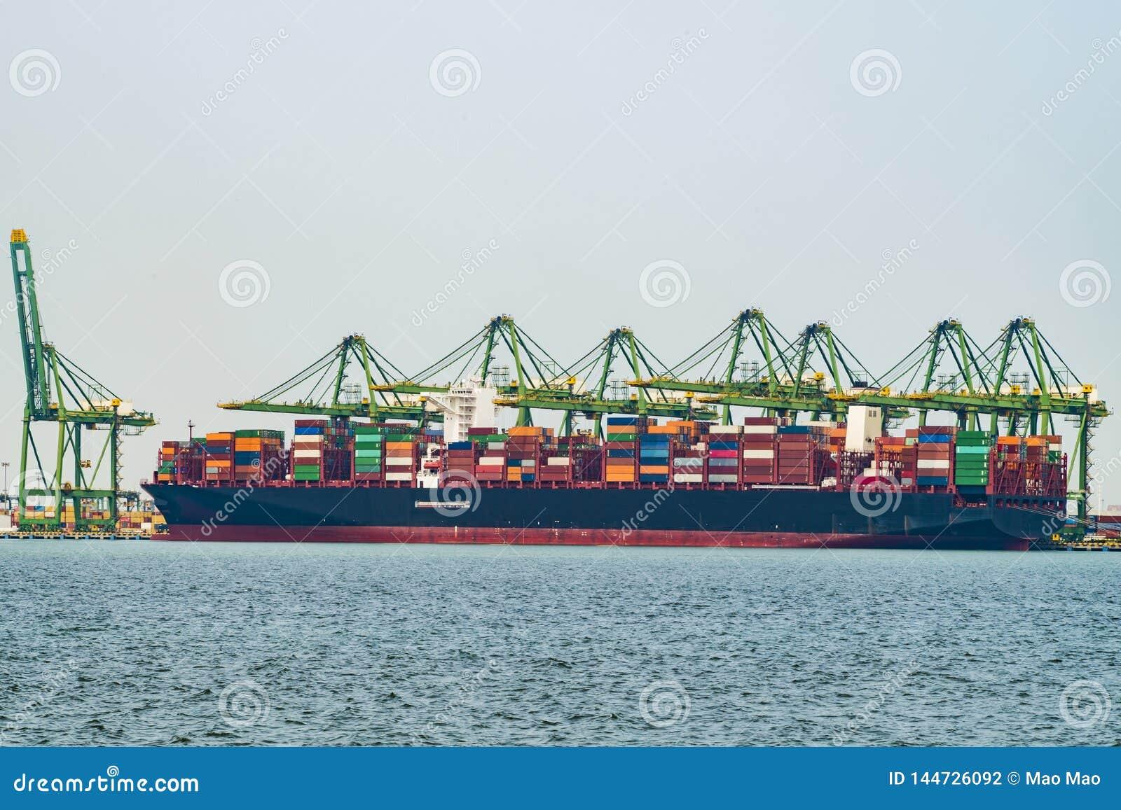 Διαδικασίες φορτίου σε ένα σκάφος εμπορευματοκιβωτίων στην Κίνα