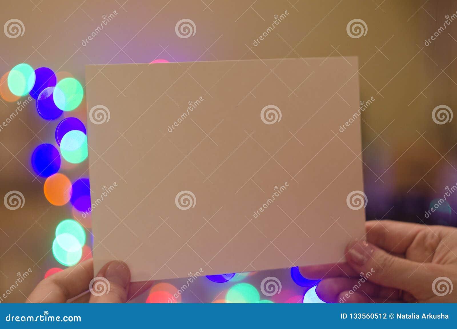 Διαθέσιμη γυναίκα χεριών καρτών προτύπων Χριστουγέννων