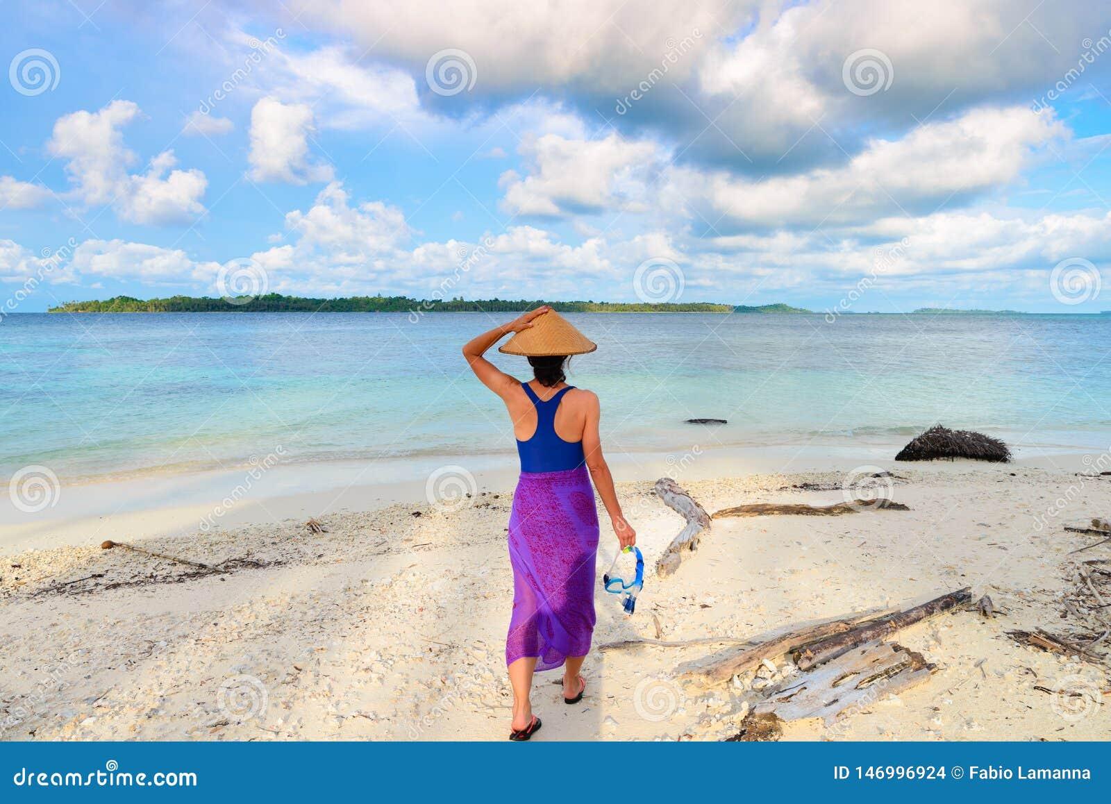 Διαθέσιμο περπάτημα μασκών κολύμβησης με αναπνευστήρα εκμετάλλευσης γυναικών στην τροπική παραλία Οπισθοσκόπος, παραδοσιακός δραμ