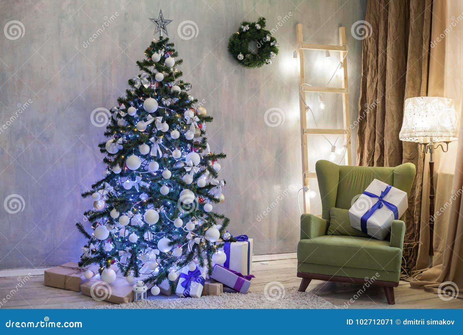 Διακοπές Χριστουγέννων με τα δώρα ντεκόρ χριστουγεννιάτικων δέντρων