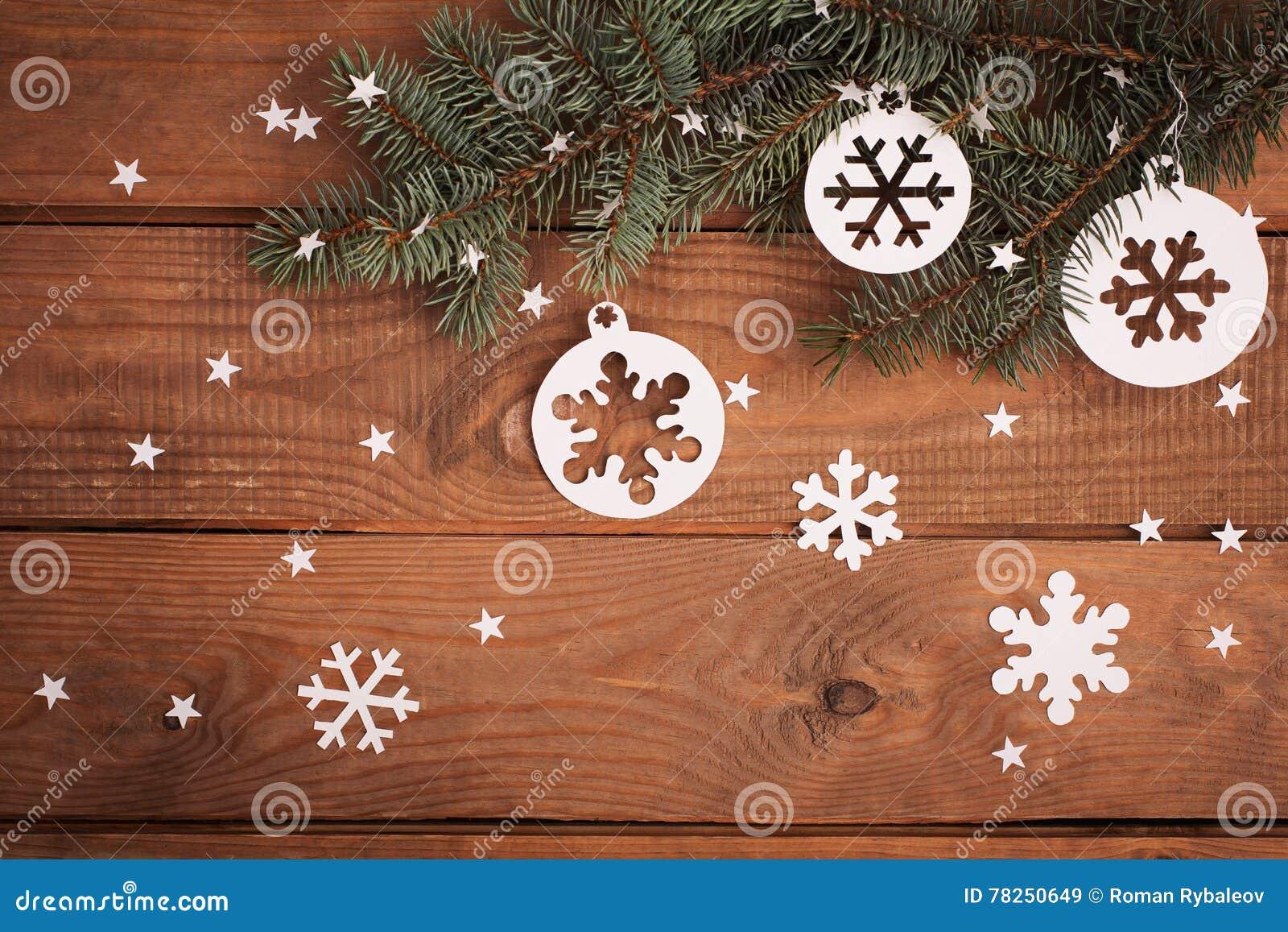Διακοσμήσεις καρτών Χαρούμενα Χριστούγεννας στην κοπή εγγράφου με το έλατο