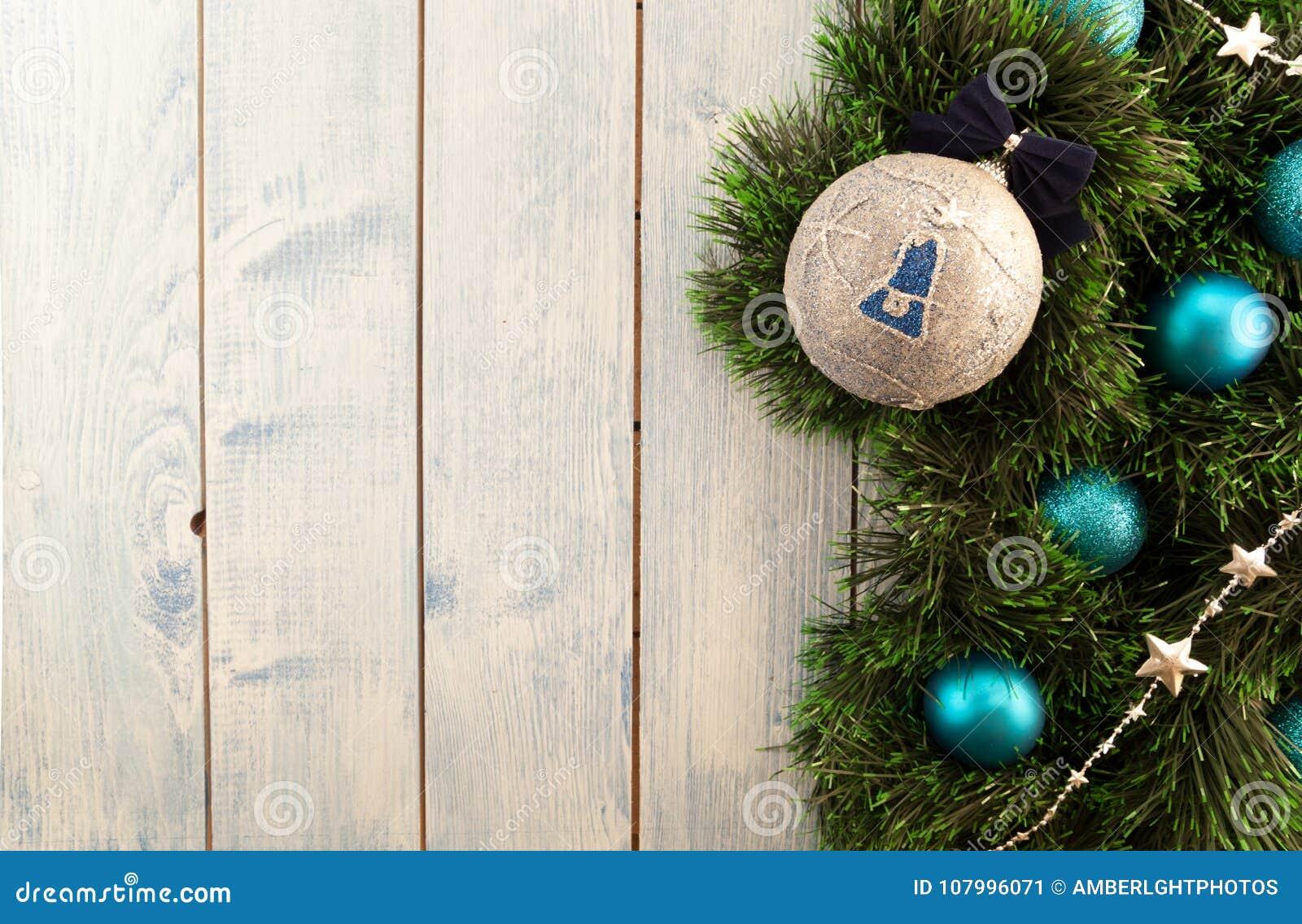 Διακοσμήσεις Χριστουγέννων σε μια ξύλινη ανασκόπηση