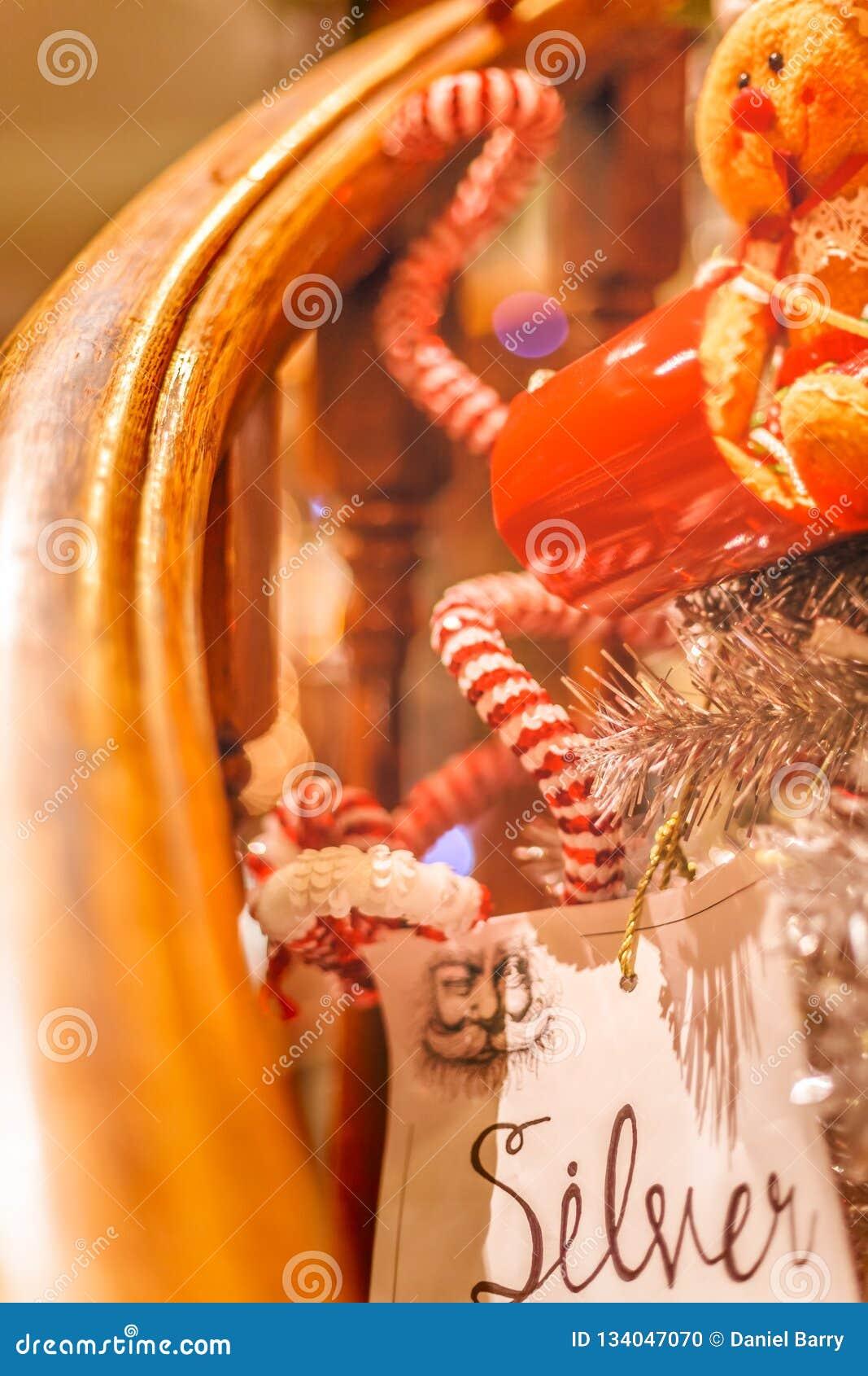 Διακοσμήσεις Χριστουγέννων στο κιγκλίδωμα μιας σκάλας
