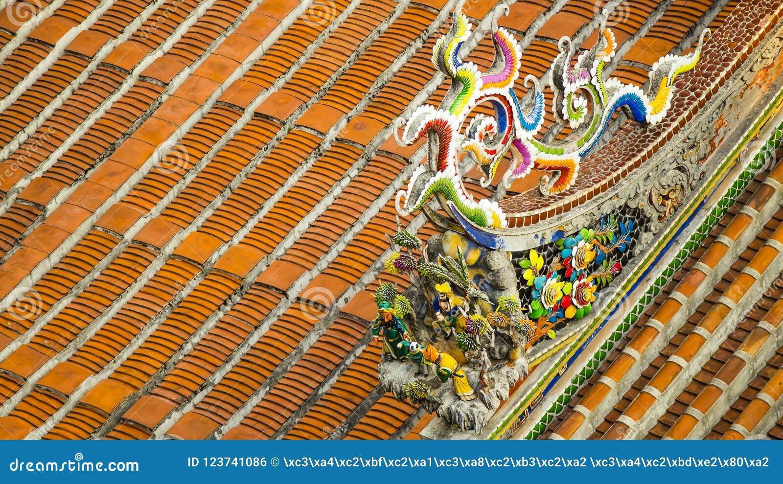 Διακοσμήστε στη στέγη ενός αρχαίου ναού