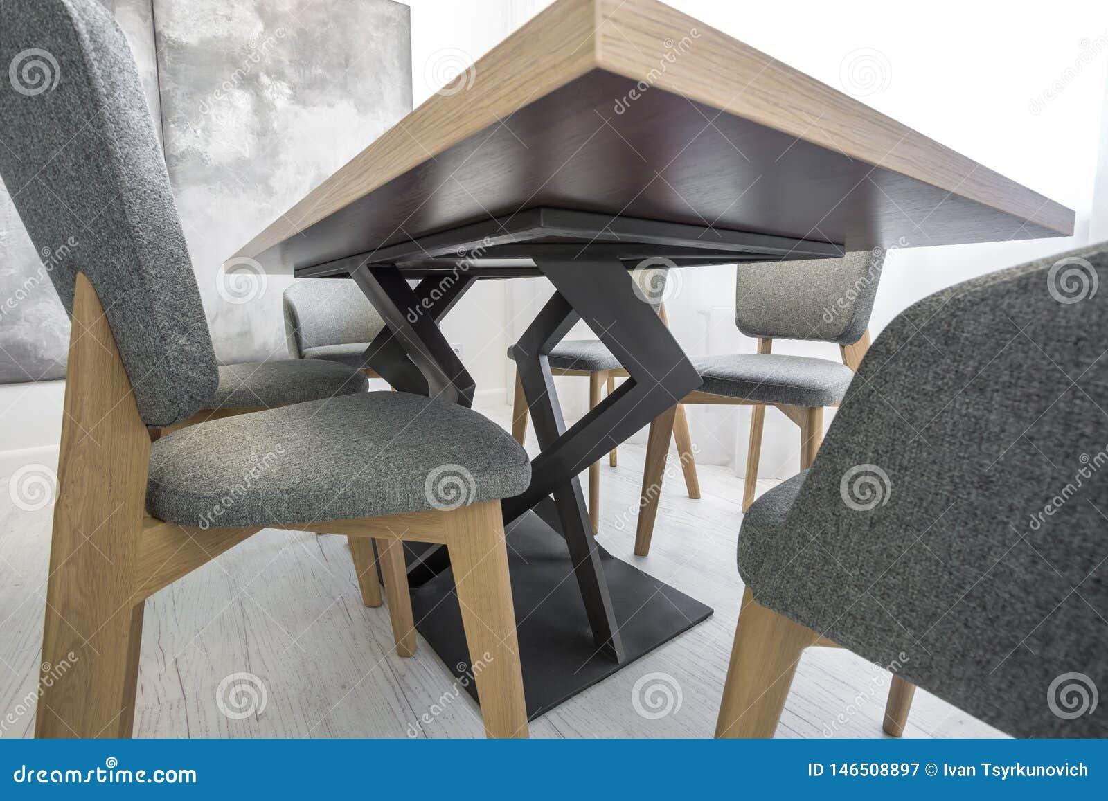 Διακοσμητικά πόδια καμπυλών του πίνακα και της καρέκλας κατώτατη άποψη