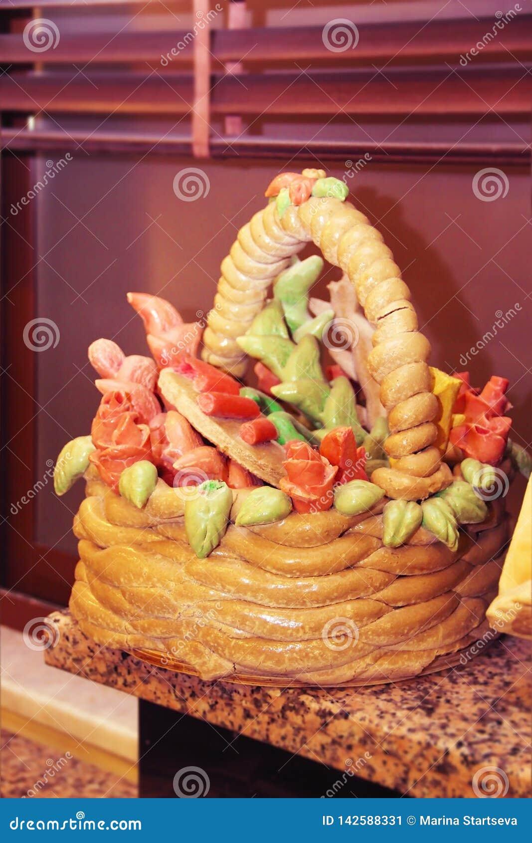 διακοσμητικό καλάθι ψωμιού με τις διακοσμήσεις σχεδιαστών υπό μορφή λουλουδιών και φύλλων