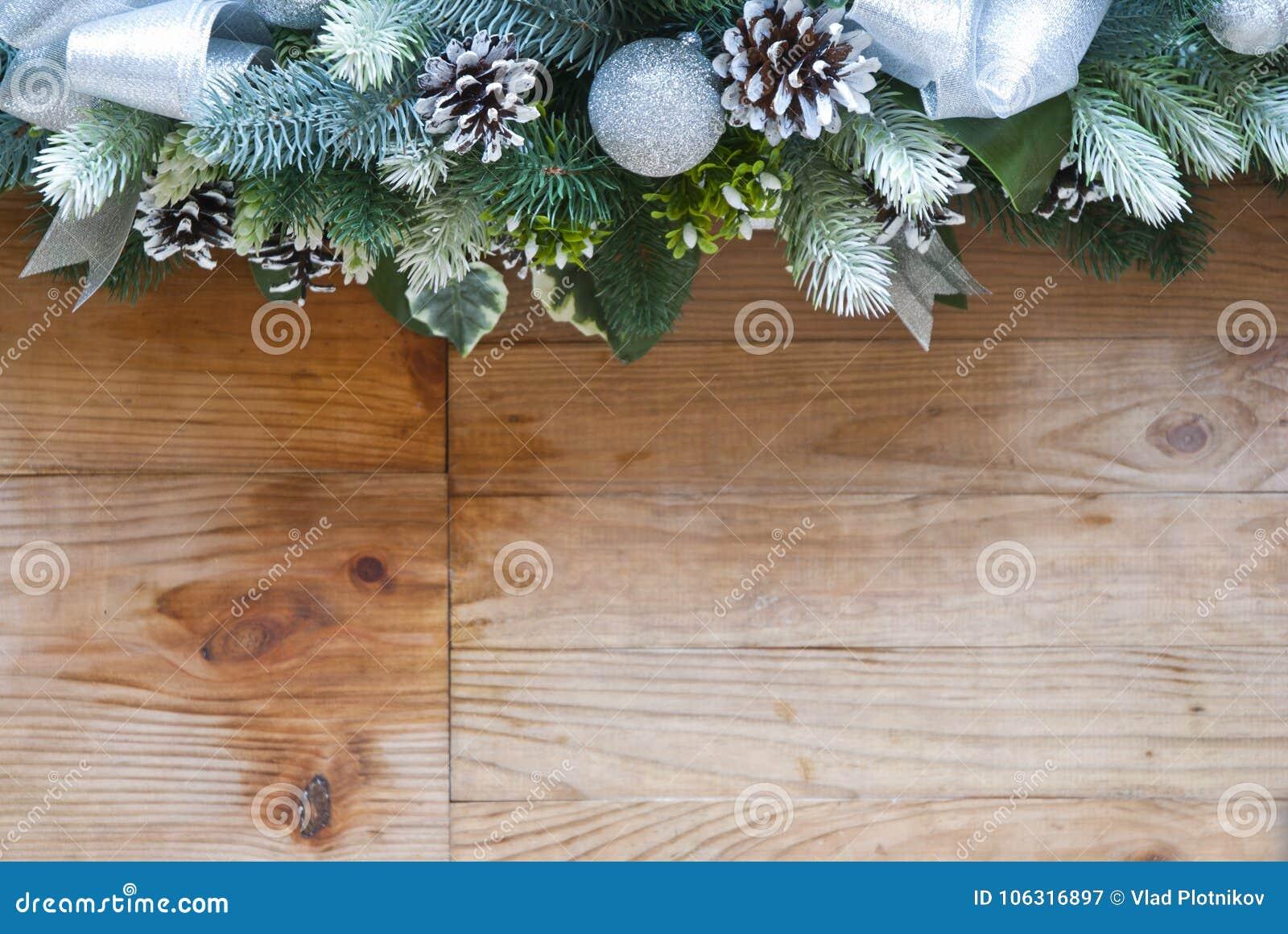 Διακόσμηση δέντρων έλατου Χριστουγέννων με τους κώνους και τις σφαίρες έλατου