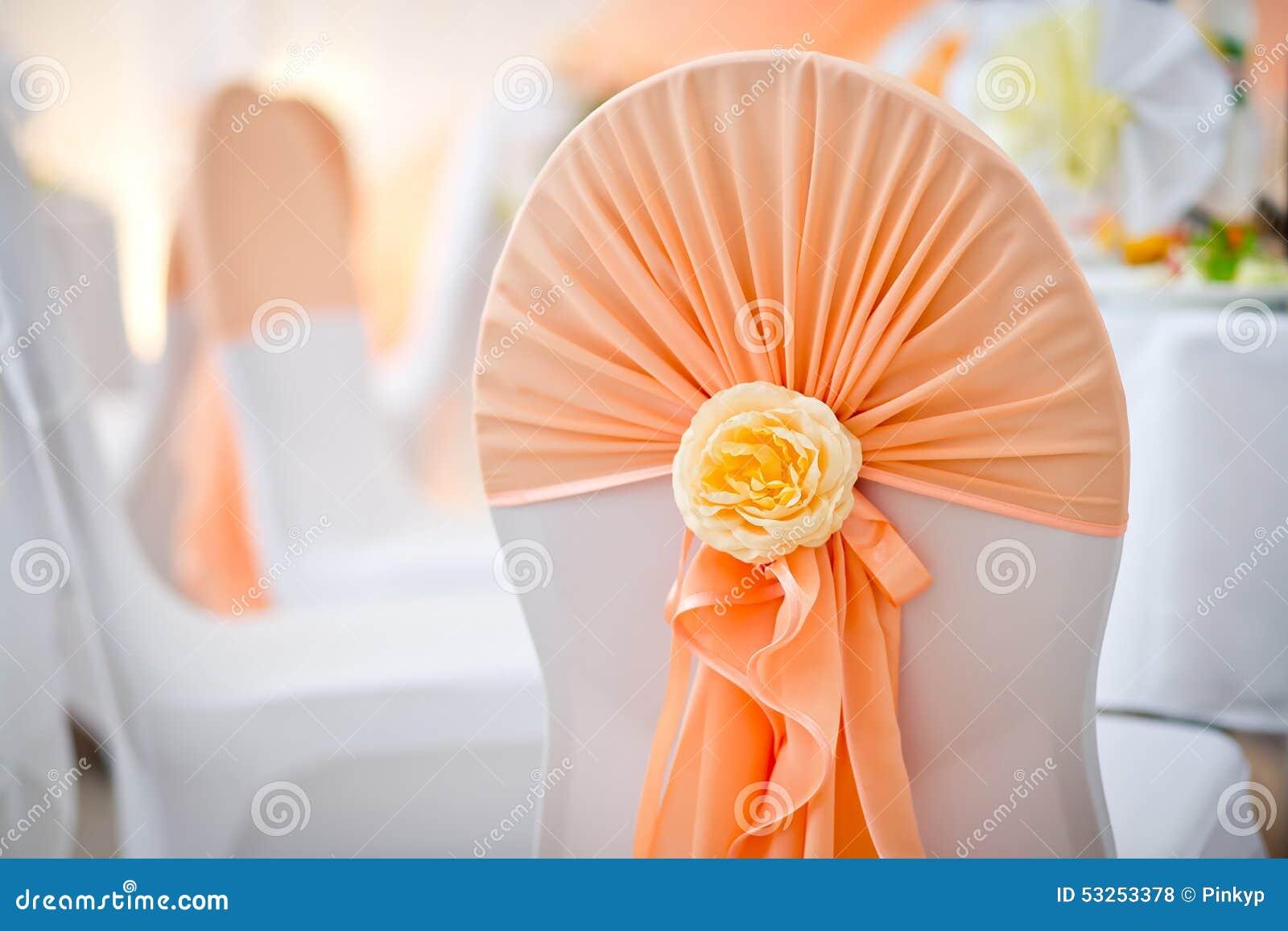 Διακόσμηση μιας καρέκλας σε ένα γαμήλιο συμπόσιο στο εστιατόριο