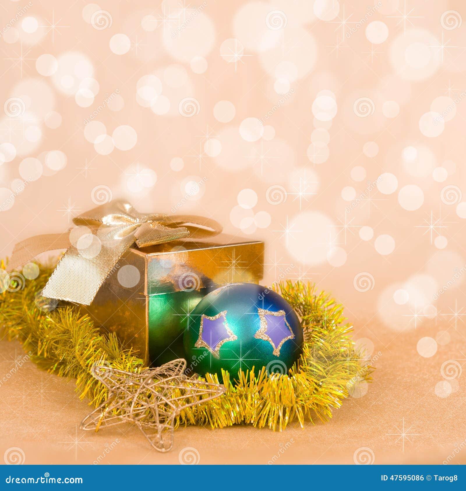 Διακόσμηση Χριστουγέννων και κιβώτιο δώρων σε ένα χρυσό bokeh