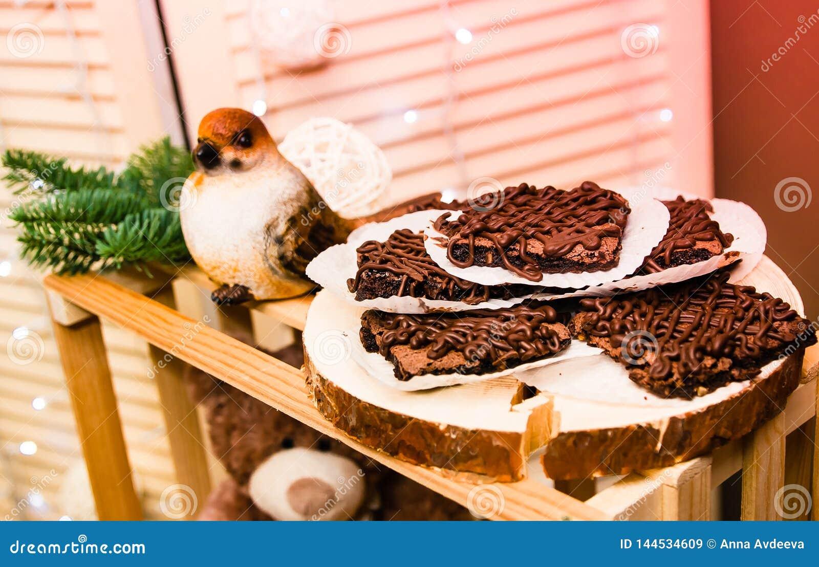 Διακόσμηση Χριστουγέννων με ένα πουλί και ένα πιάτο των μπισκότων