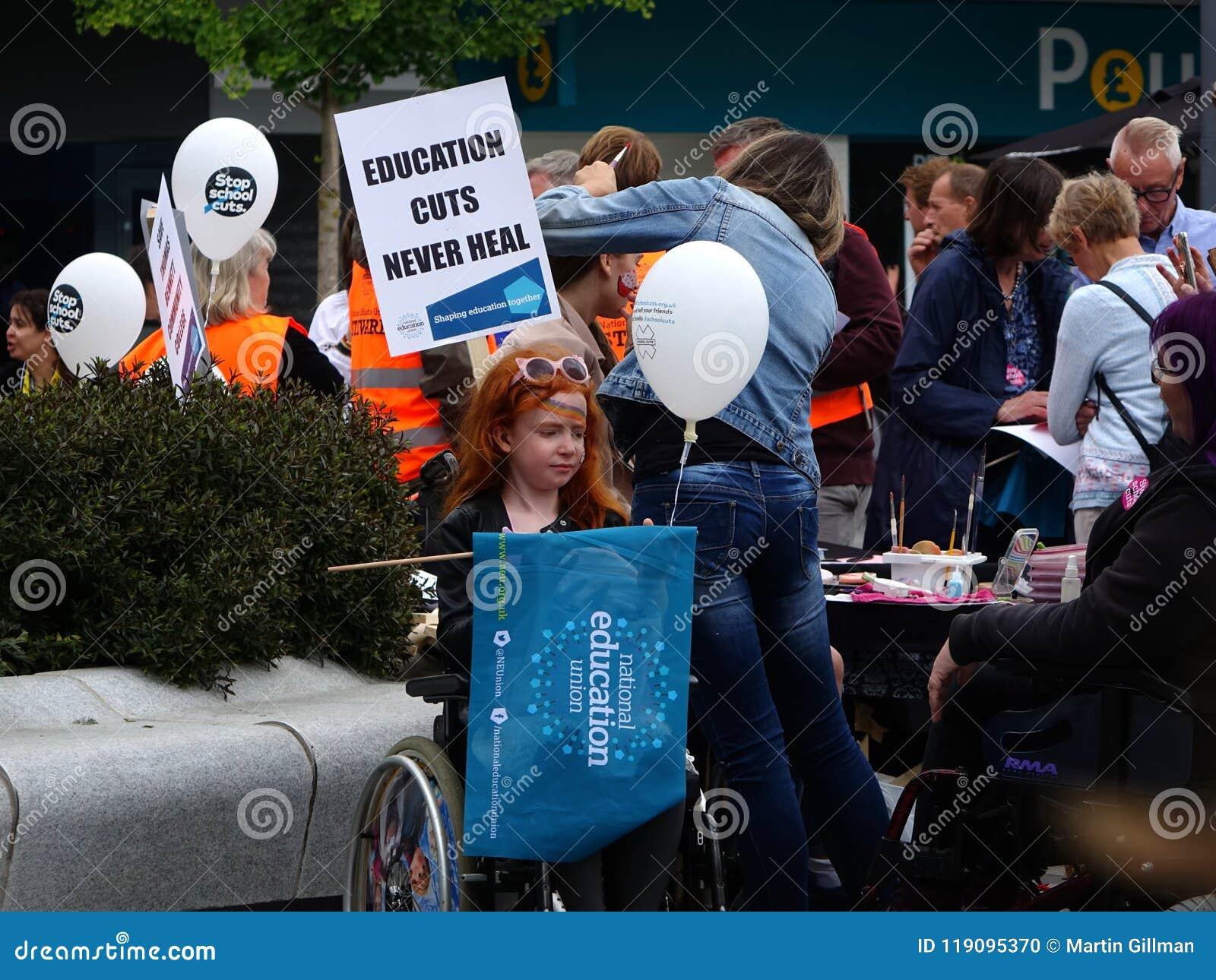 Διαμαρτυρόμενοι για τις περικοπές προϋπολογισμού κοινοτικού κολεγίου του Thomas Bennet