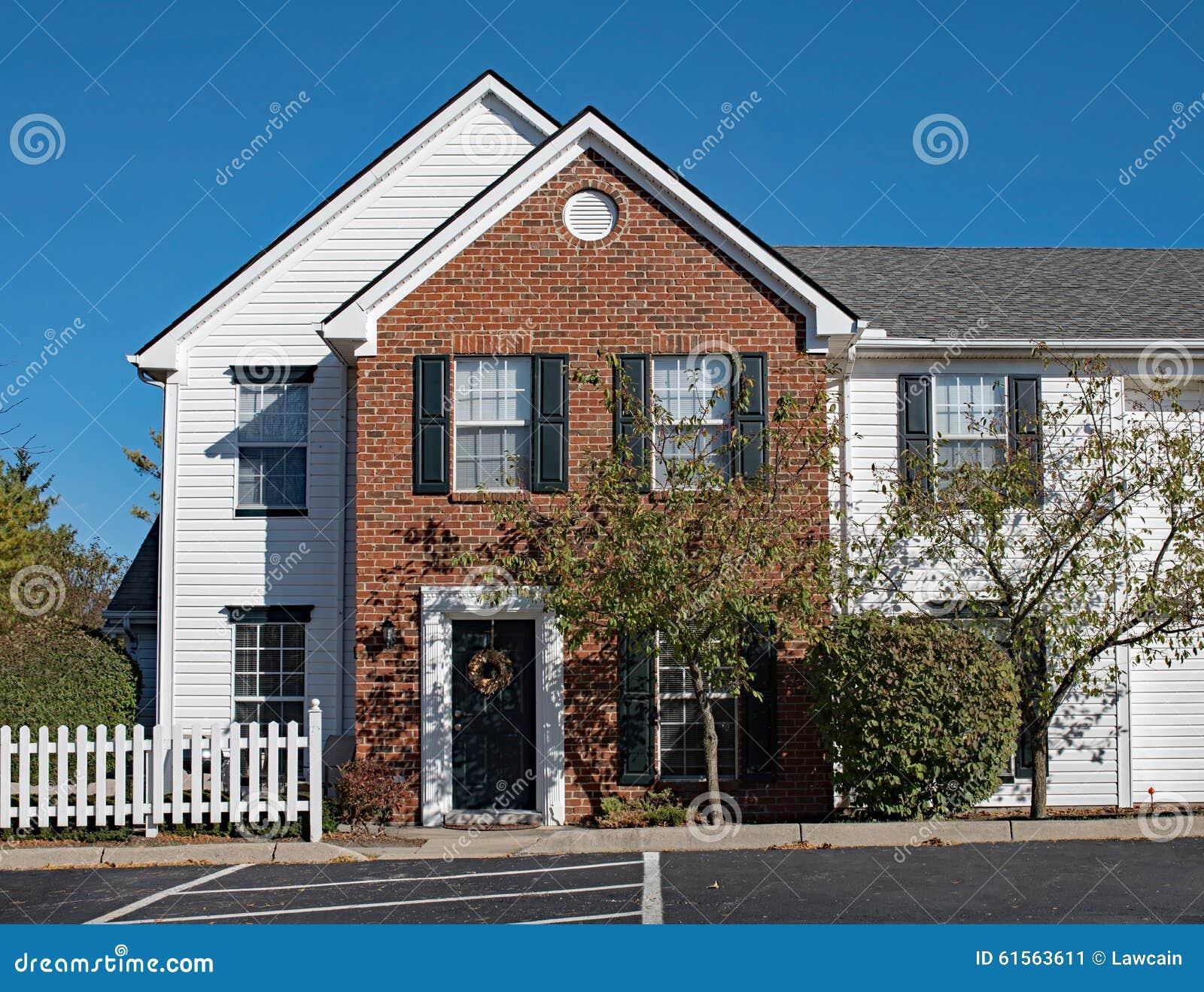 Διαμερίσματα που ζουν με τον άσπρο φράκτη στύλων