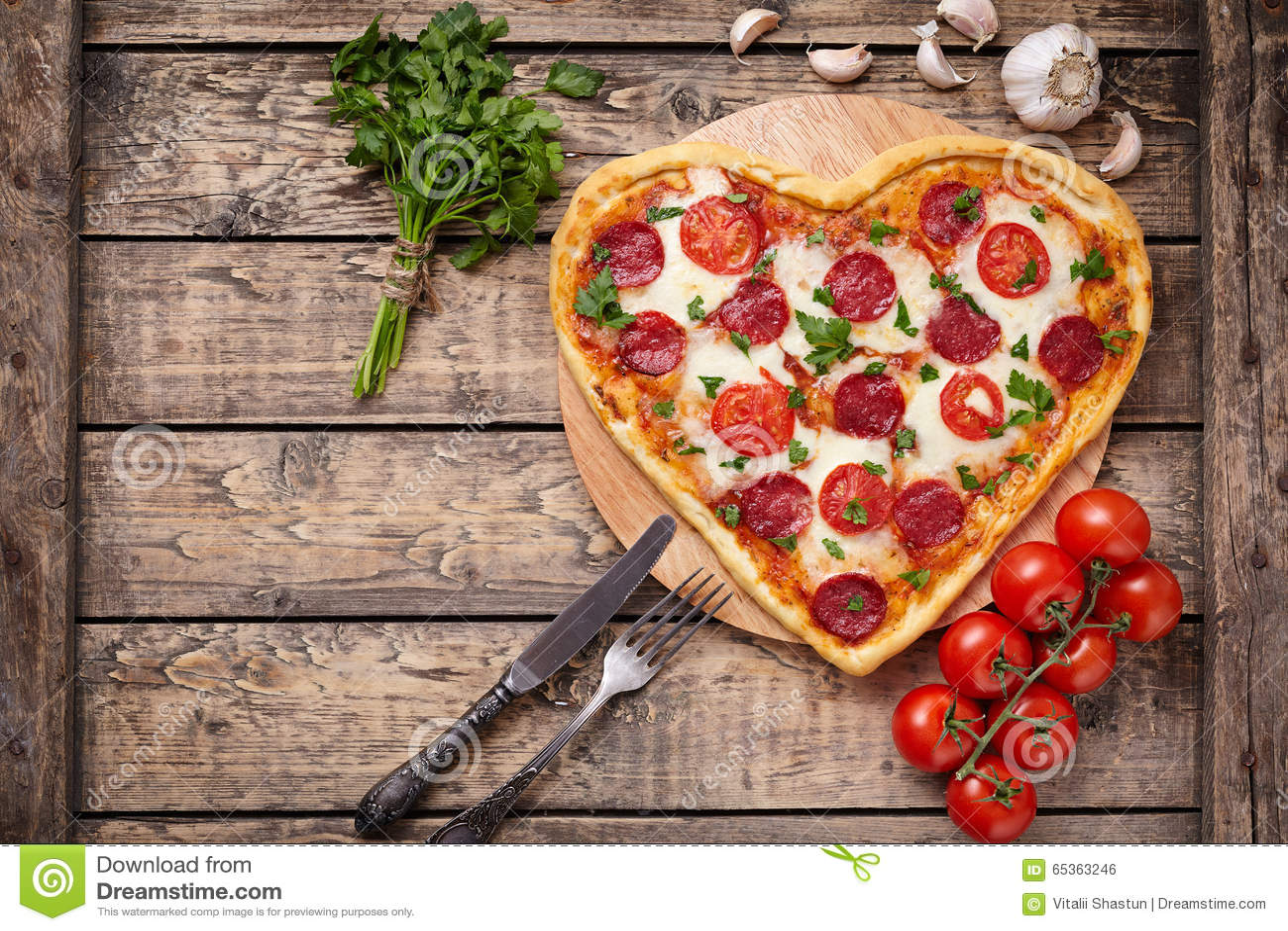 Διαμορφωμένη καρδιά πίτσα ημέρας βαλεντίνων με pepperoni