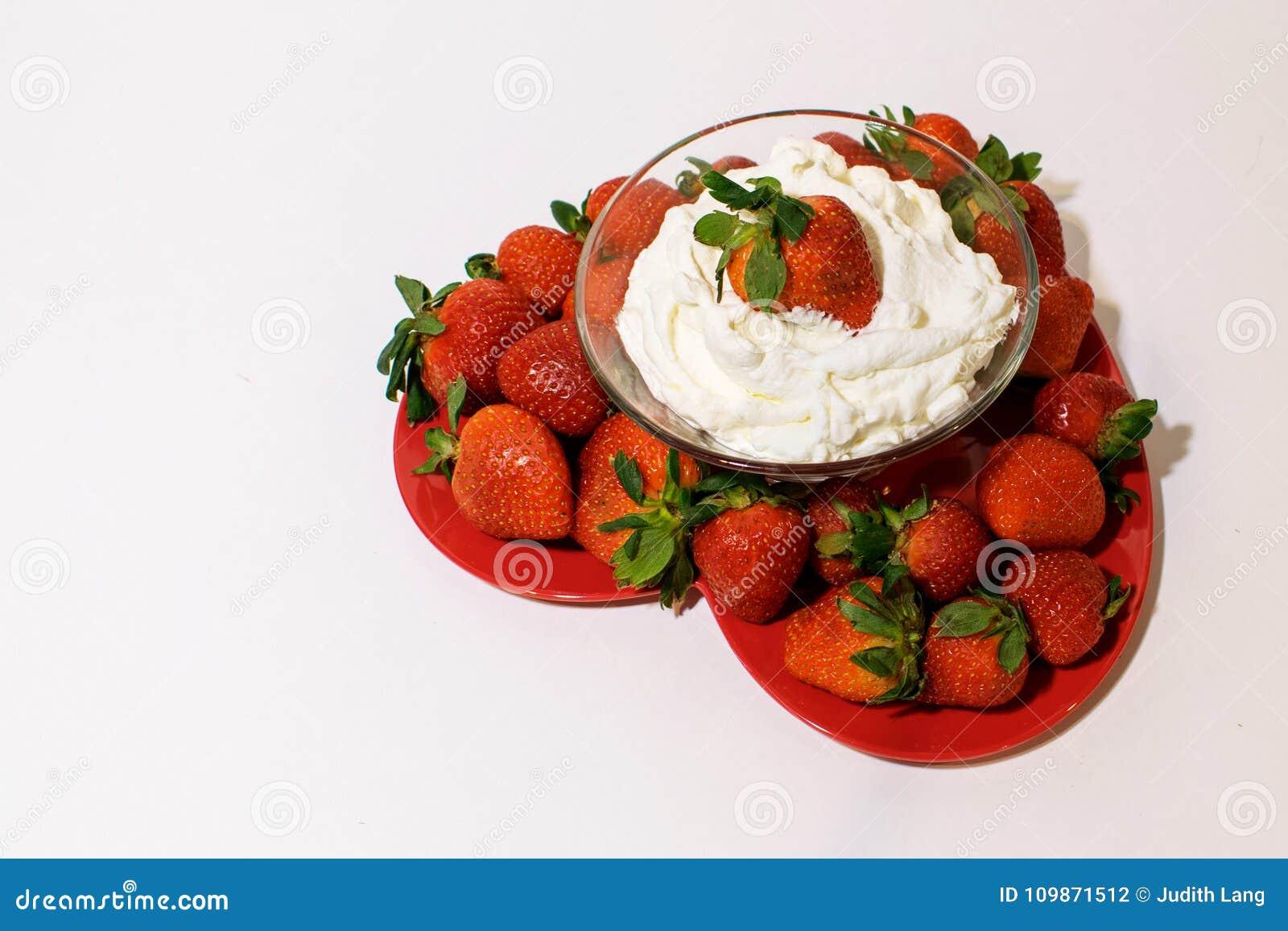 Διαμορφωμένος καρδιά δίσκος που γεμίζουν με τις ώριμες φράουλες