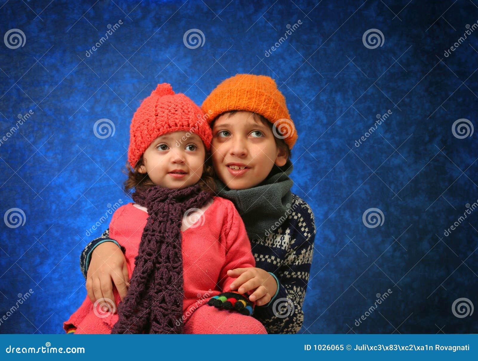 διασκέδαση αδελφών που έχει το χειμώνα αδελφών