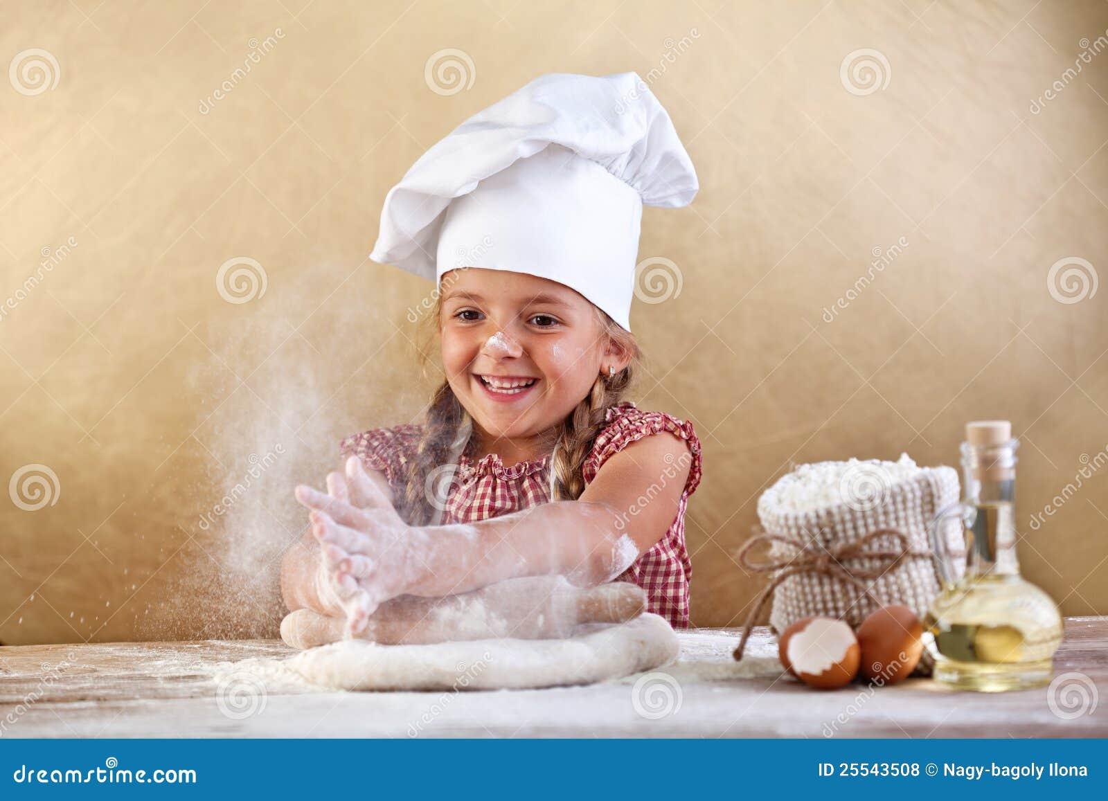 διασκέδαση ζύμης που κατασκευάζει την πίτσα