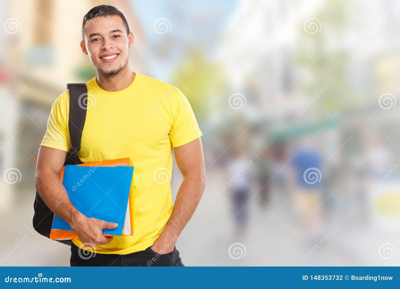 Διαστημικοί μαθαίνοντας χαμογελώντας άνθρωποι πόλης copyspace αντιγράφων νεαρών άνδρων σπουδαστών