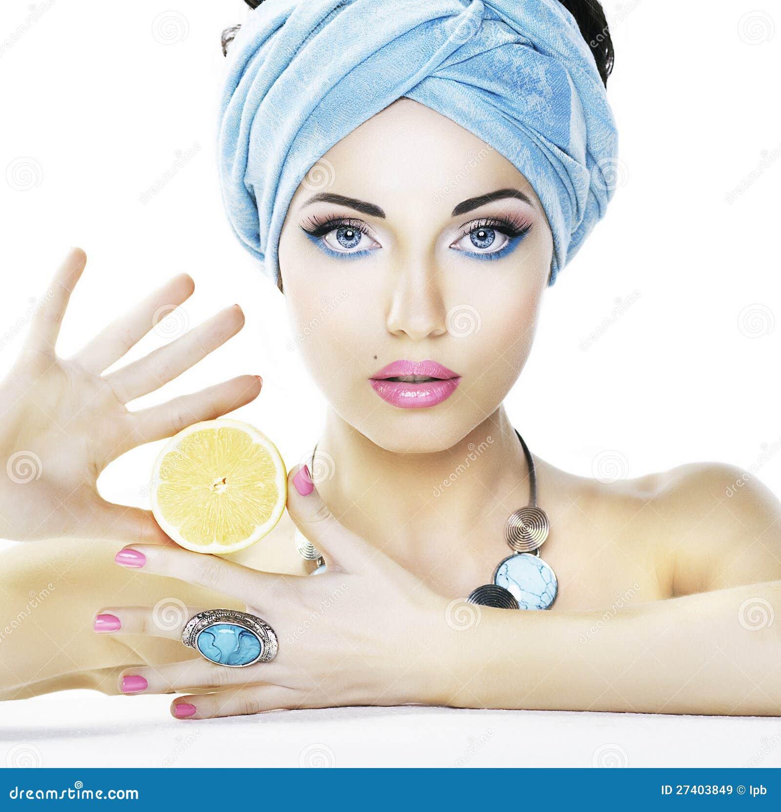 Διατροφή. Γυναίκα ομορφιάς, λεμόνι - heailh προσοχή