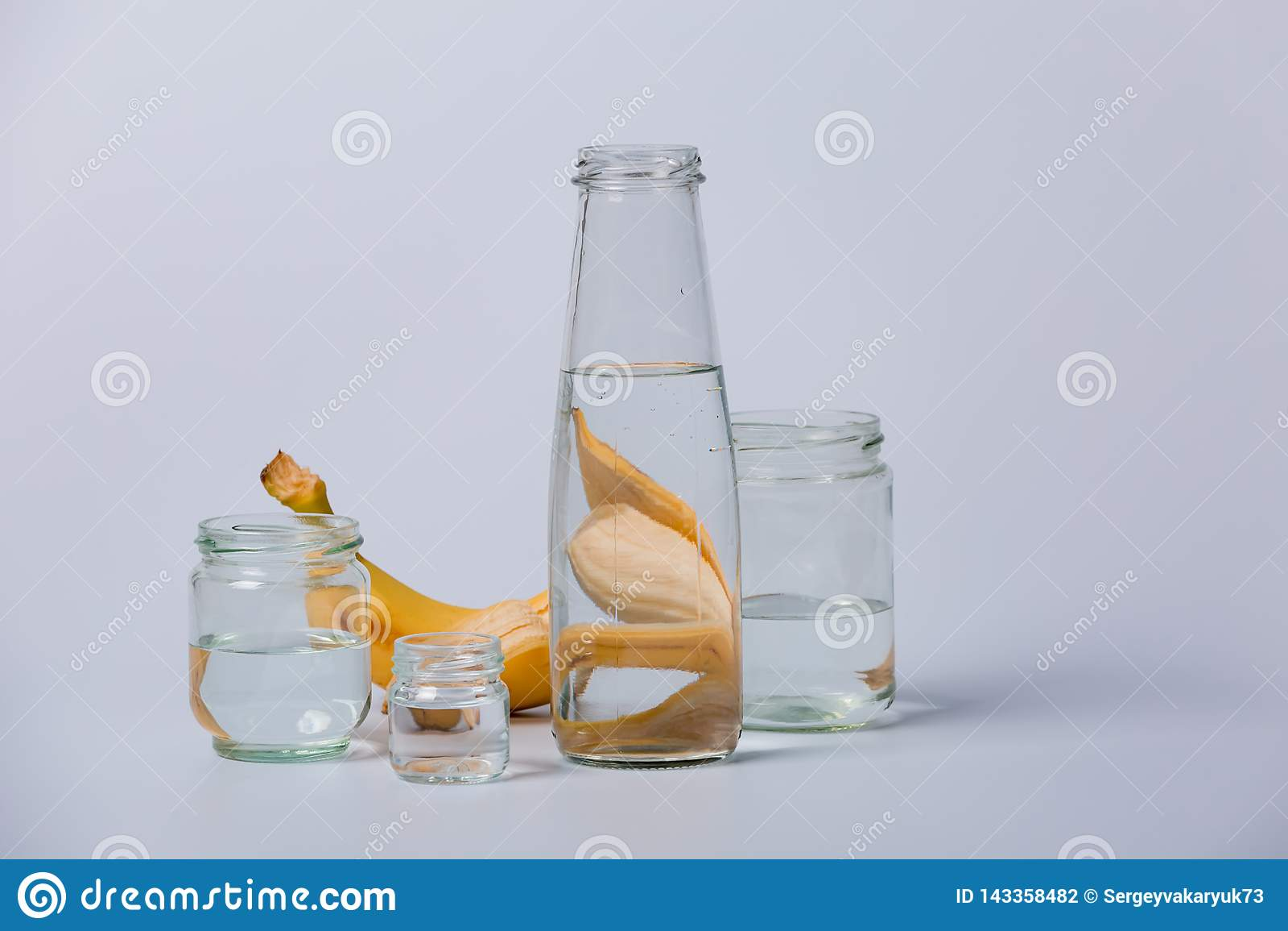 Διαφανή μπουκάλια και φρούτα γυαλιού