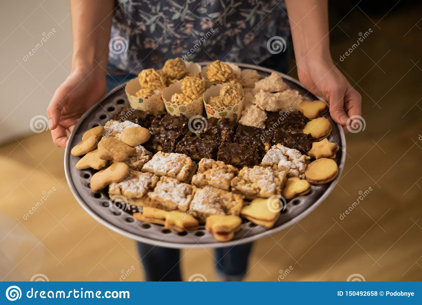 Διαφορετικά κομμάτια του κέικ και των μπισκότων στο πιάτο γευμάτων