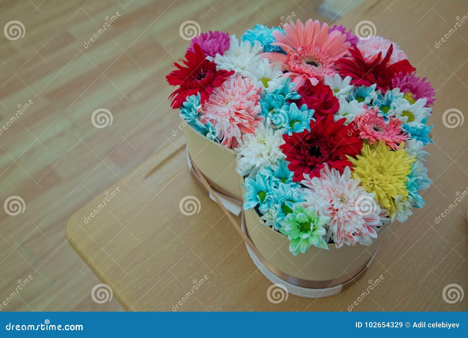72490ff37831 Διαφορετικά λουλούδια σε πολλά φωτεινά χρώματα σε μια μικτή ανθοδέσμη