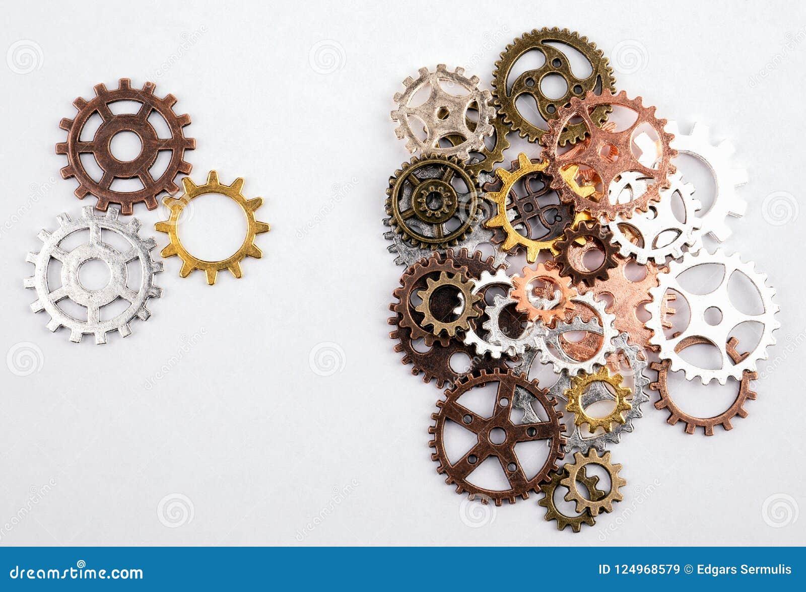 Διαφορετικά μεγέθη και χρωματισμένα εργαλεία σε ένα άσπρο υπόβαθρο