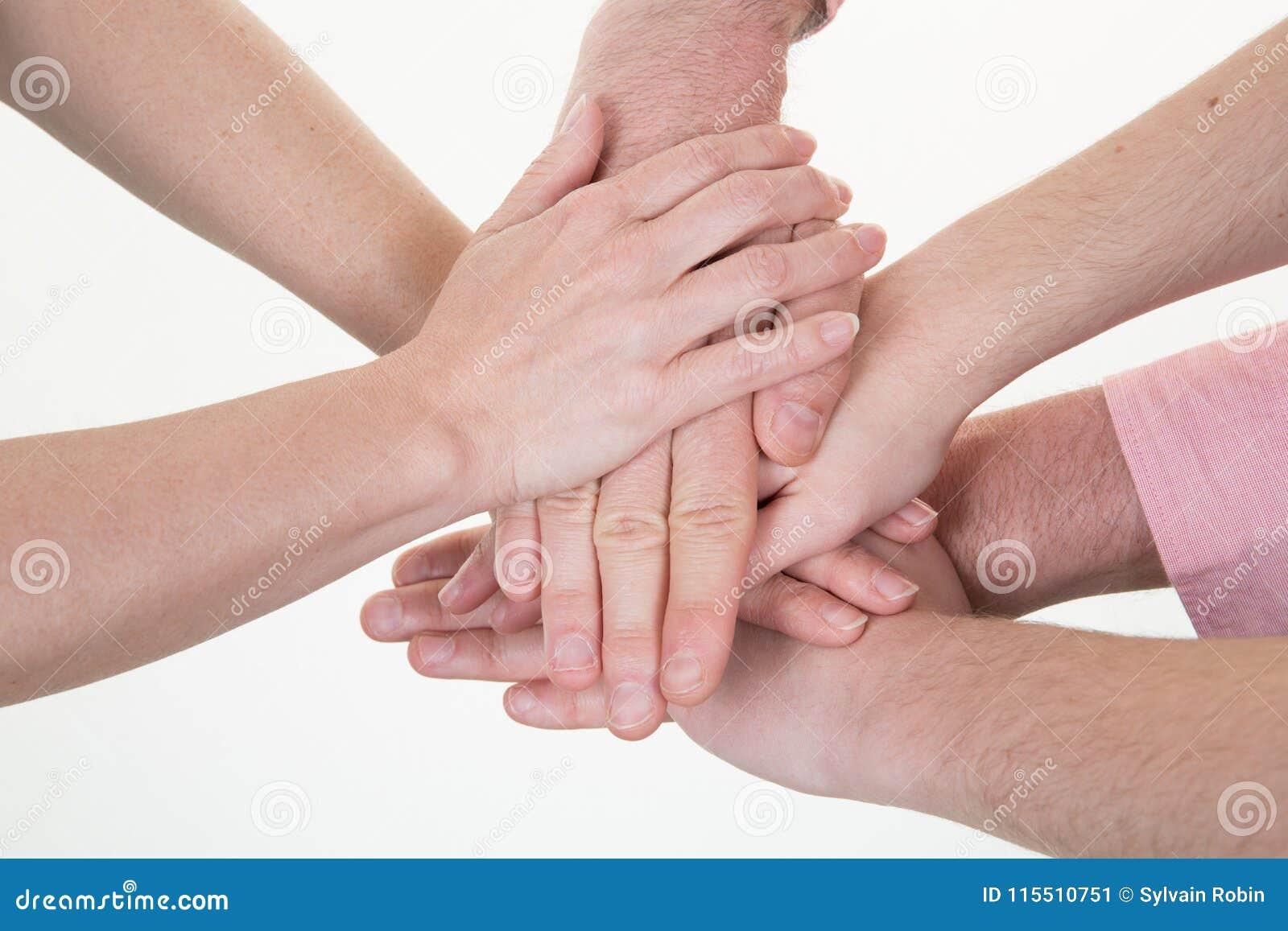 Διαφορετικά χέρια ομάδας που συμμετέχουν μαζί στη συνεδρίαση της συμμαχίας ένωσης έννοιας