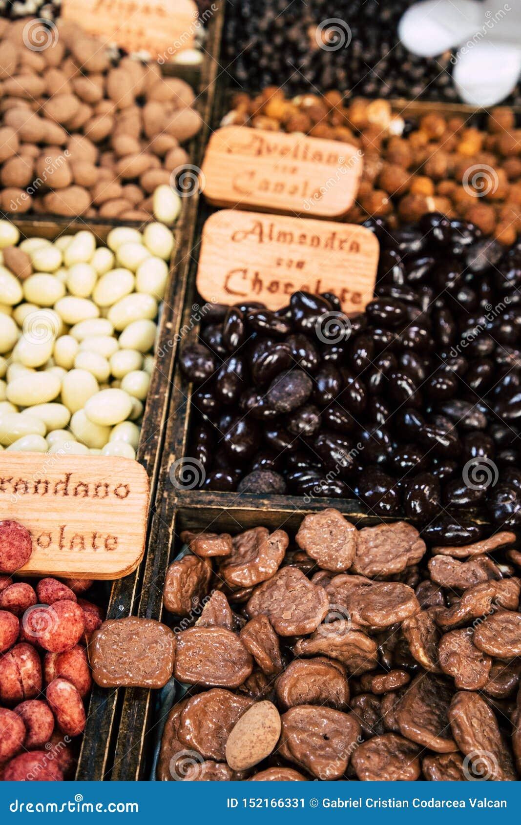Διαφορετικές ταξινομημένες καραμέλες σοκολάτας στο κατάστημα
