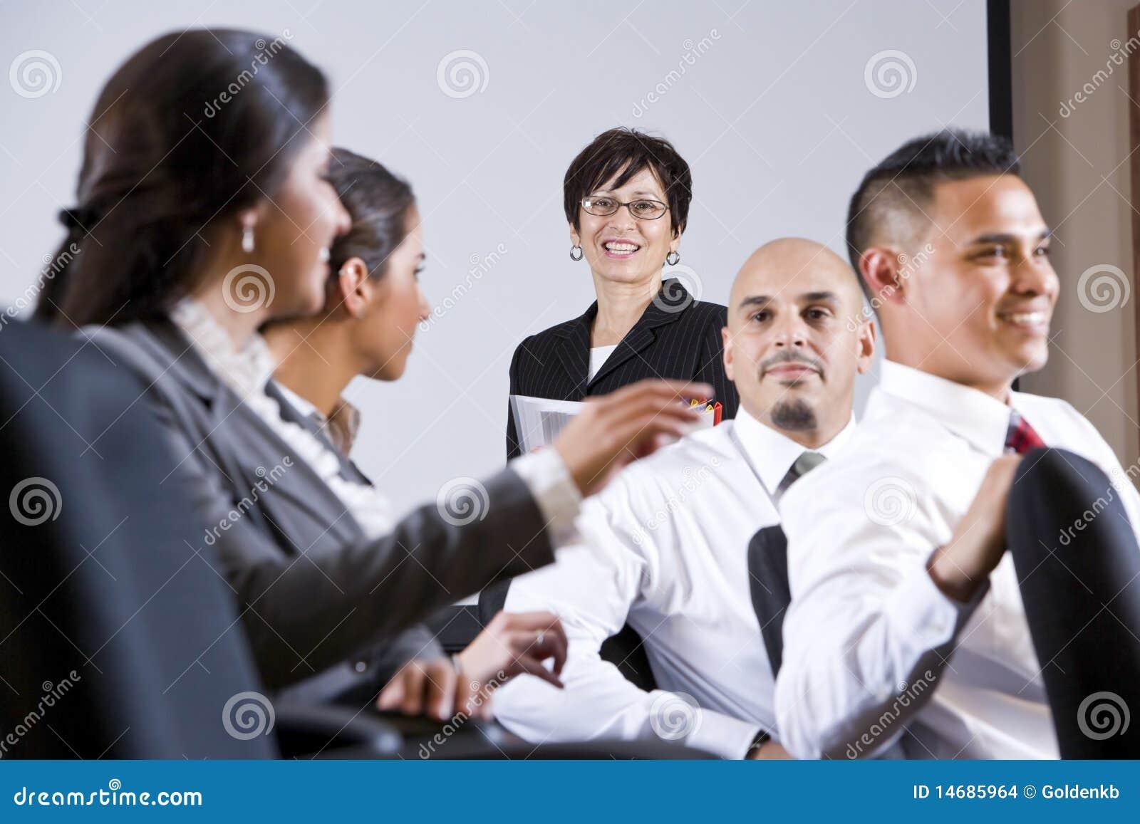 Διαφορετική παρουσίαση προσοχής ομάδας businesspeople