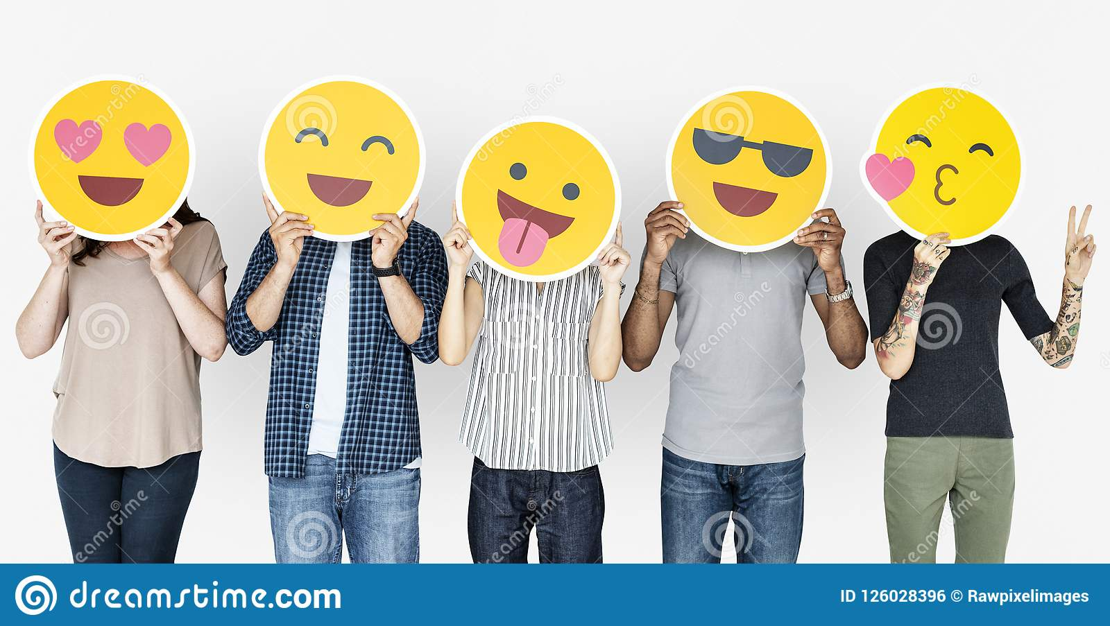 Διαφορετικοί άνθρωποι που κρατούν τα ευτυχή emoticons