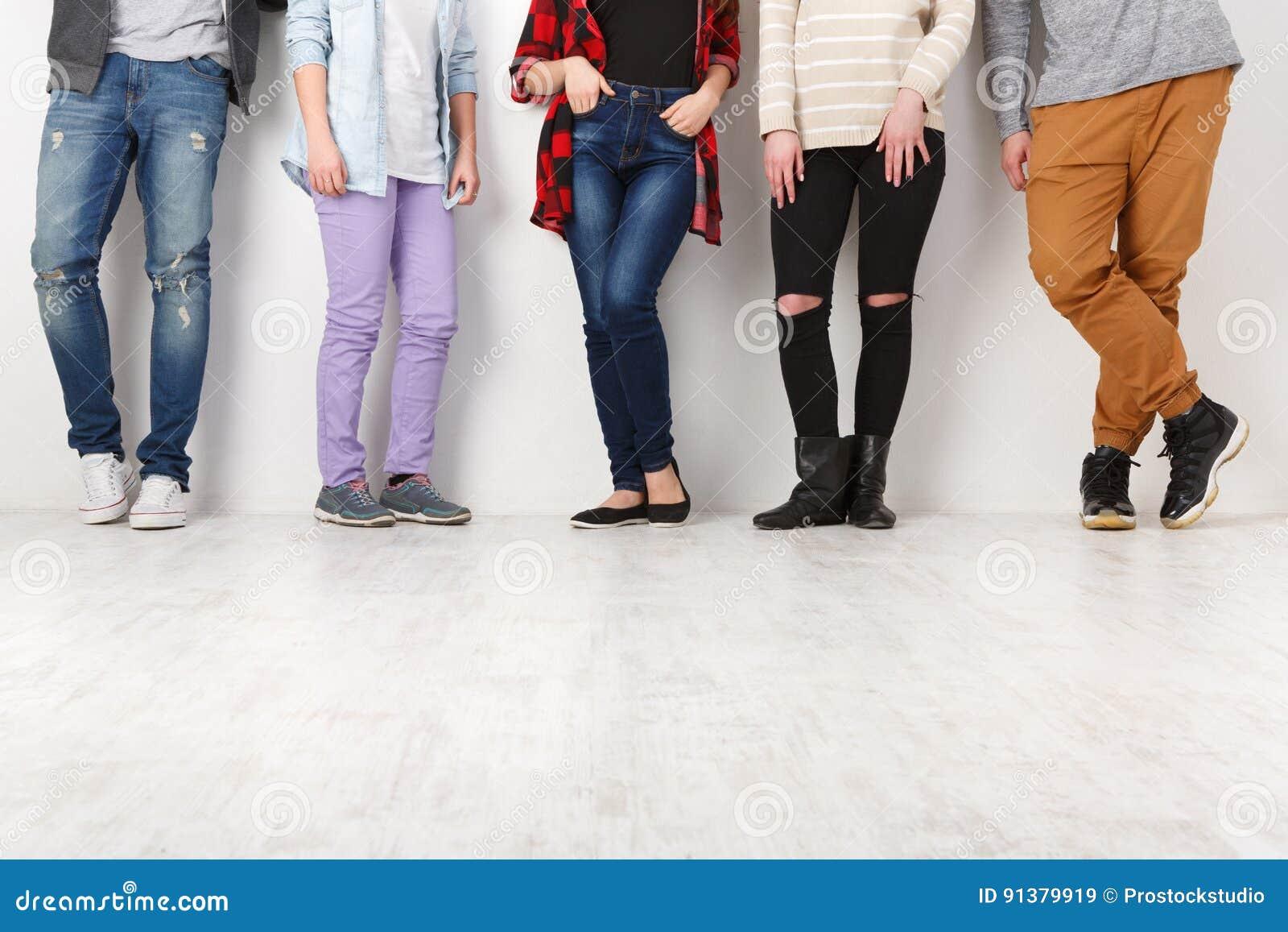 Διαφορετικοί περιστασιακοί άνθρωποι που στέκονται στη σειρά εσωτερική, συγκομιδή