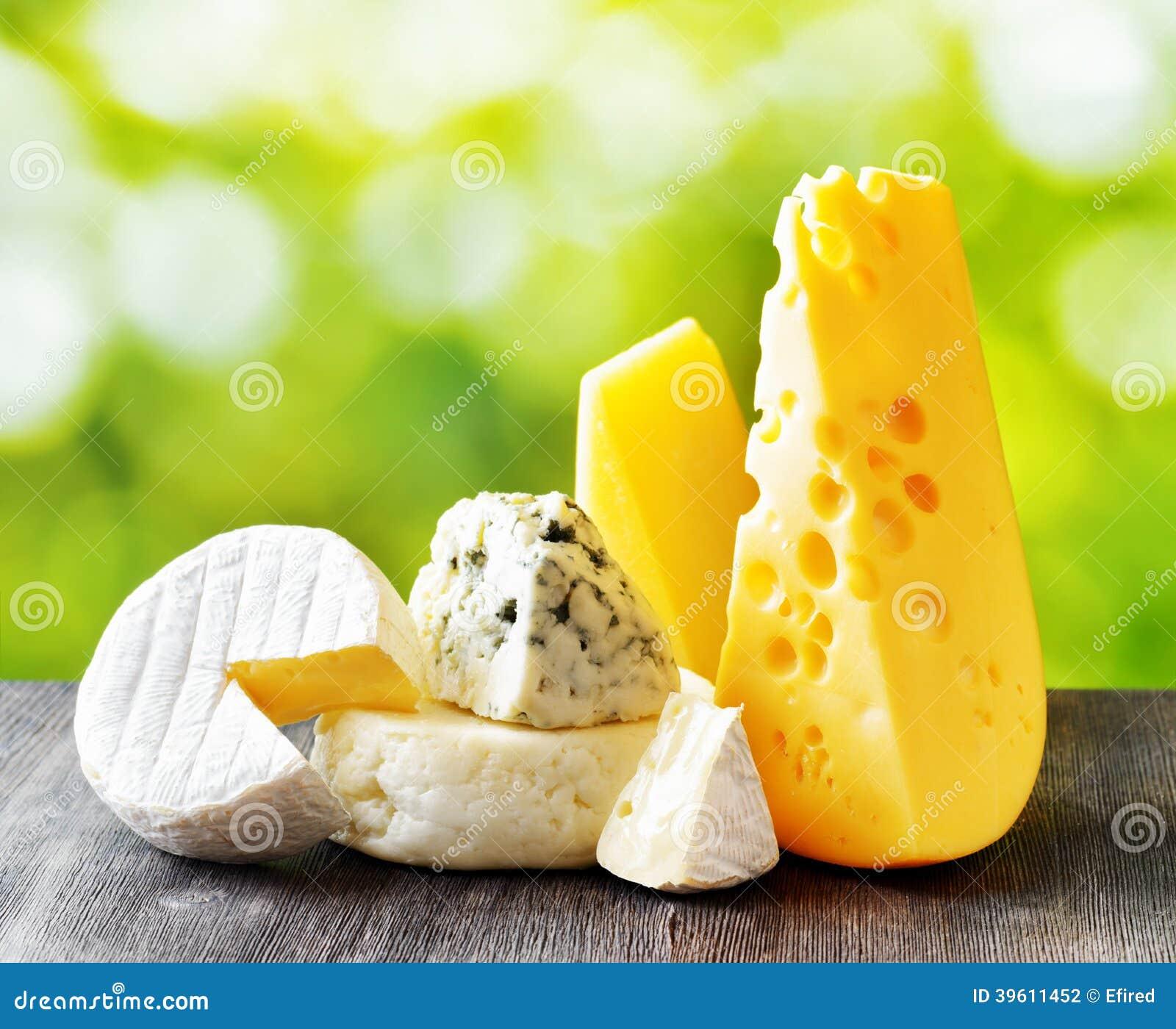 Διαφορετικοί τύποι τυριών στο υπόβαθρο φύσης
