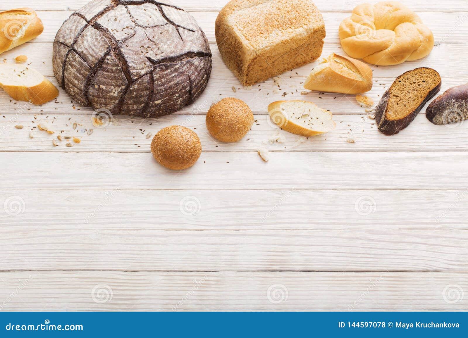 Διαφορετικοί τύποι ψωμιών στο ξύλινο υπόβαθρο