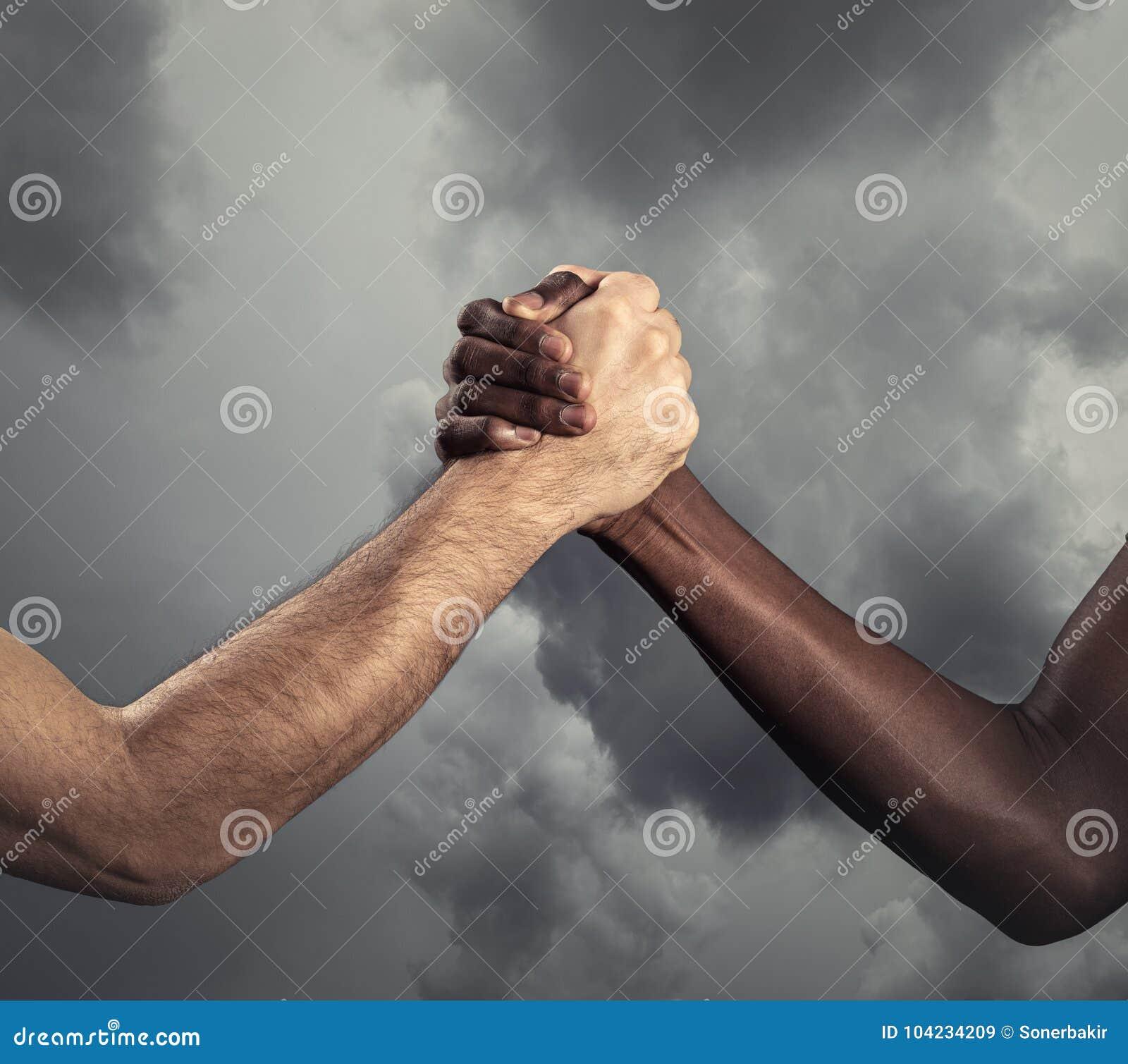 Διαφυλετικά ανθρώπινα χέρια για τη φιλία - έννοια της ειρήνης και της ενότητας κατά του ρατσισμού