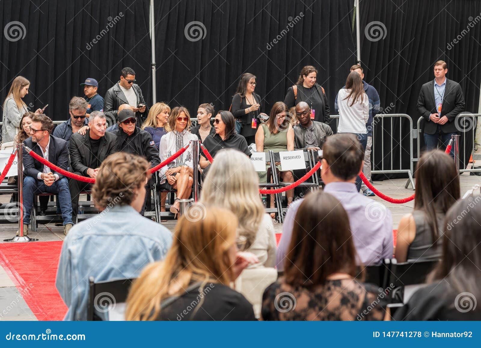 Διαχειριστές του Keanu Handprints και ίχνη δράστη που τσιμεντάρονται σε Hollywood Boulevar