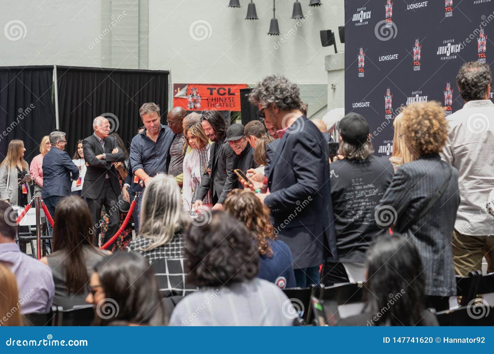 Διαχειριστές του Keanu Handprints και ίχνη δράστη που τσιμεντάρονται στη λεωφόρο Hollywood