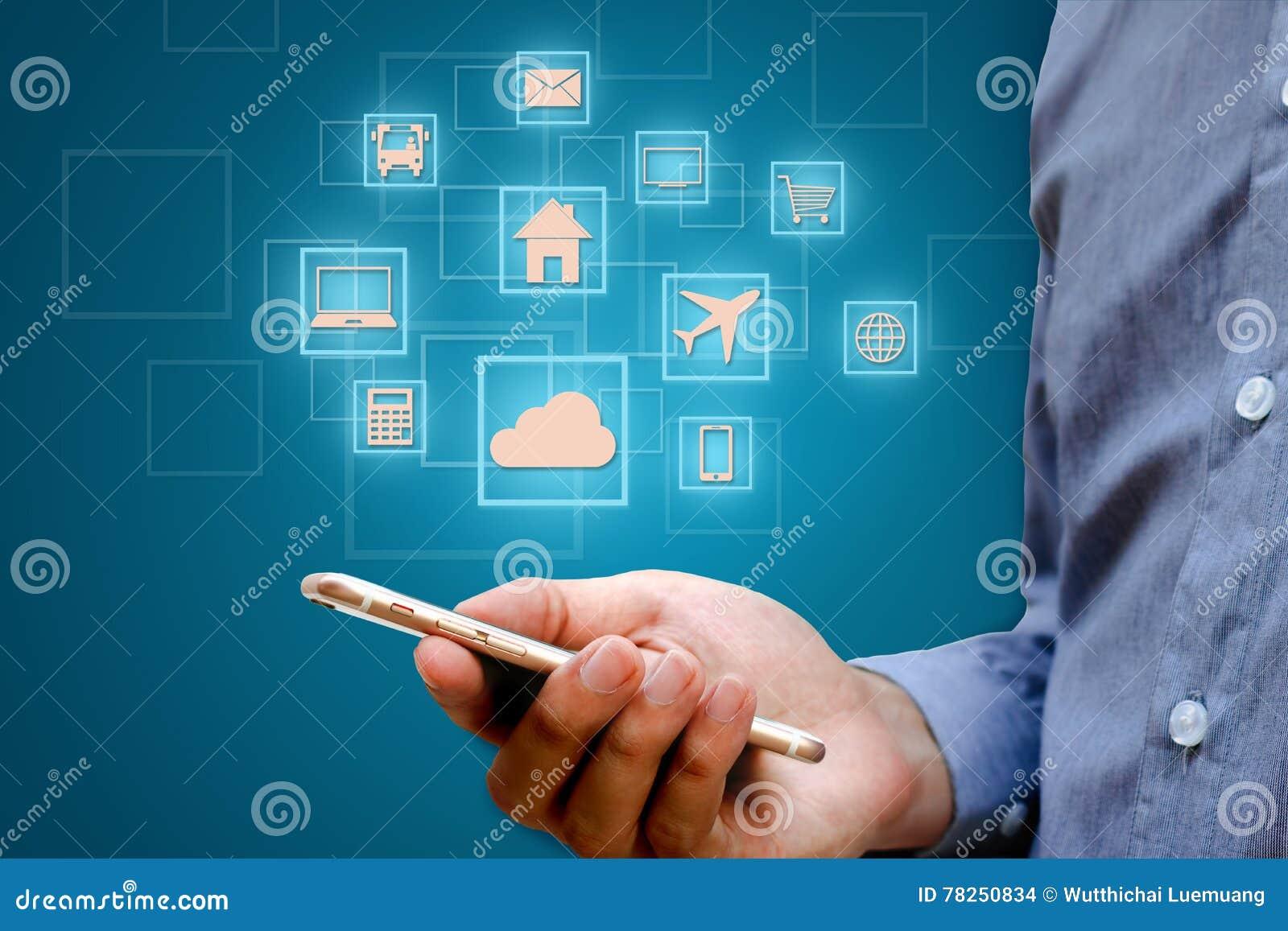 Διαδίκτυο των πραγμάτων & x28 IOT& x29  έννοια Επιχειρηματίας που κρατά το έξυπνο τηλέφωνο και το ασύρματο δίκτυο επικοινωνίας