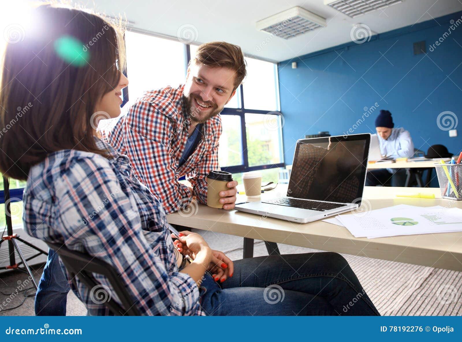 Διαδικασία Coworking, ομάδα σχεδιαστών που λειτουργεί το σύγχρονο γραφείο Νέος δημιουργικός διευθυντής φωτογραφιών που παρουσιάζε