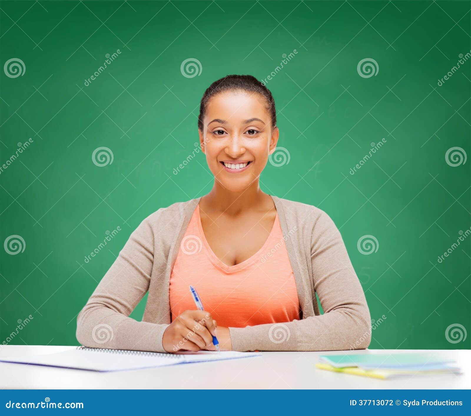 Διεθνής σπουδαστής που μελετά στο κολλέγιο