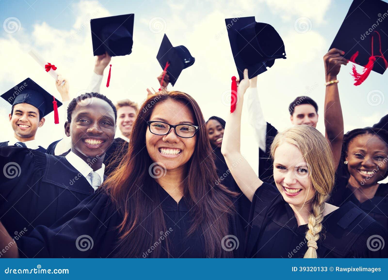 Διεθνείς σπουδαστές που γιορτάζουν τη βαθμολόγηση