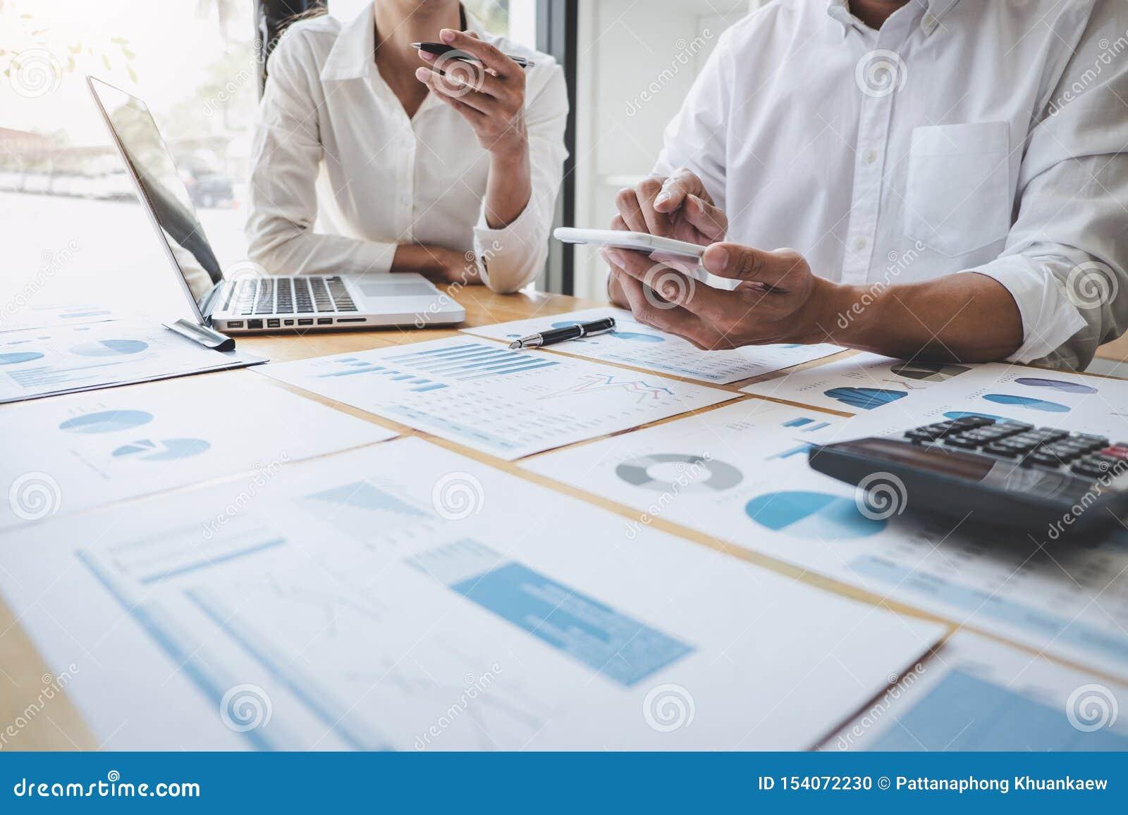 Διευθυντής επιχειρησιακών περιστασιακός ομάδων που διοργανώνει μια συζήτηση με τις νέες οικονομικές στατιστικές επιτυχίας προγράμ
