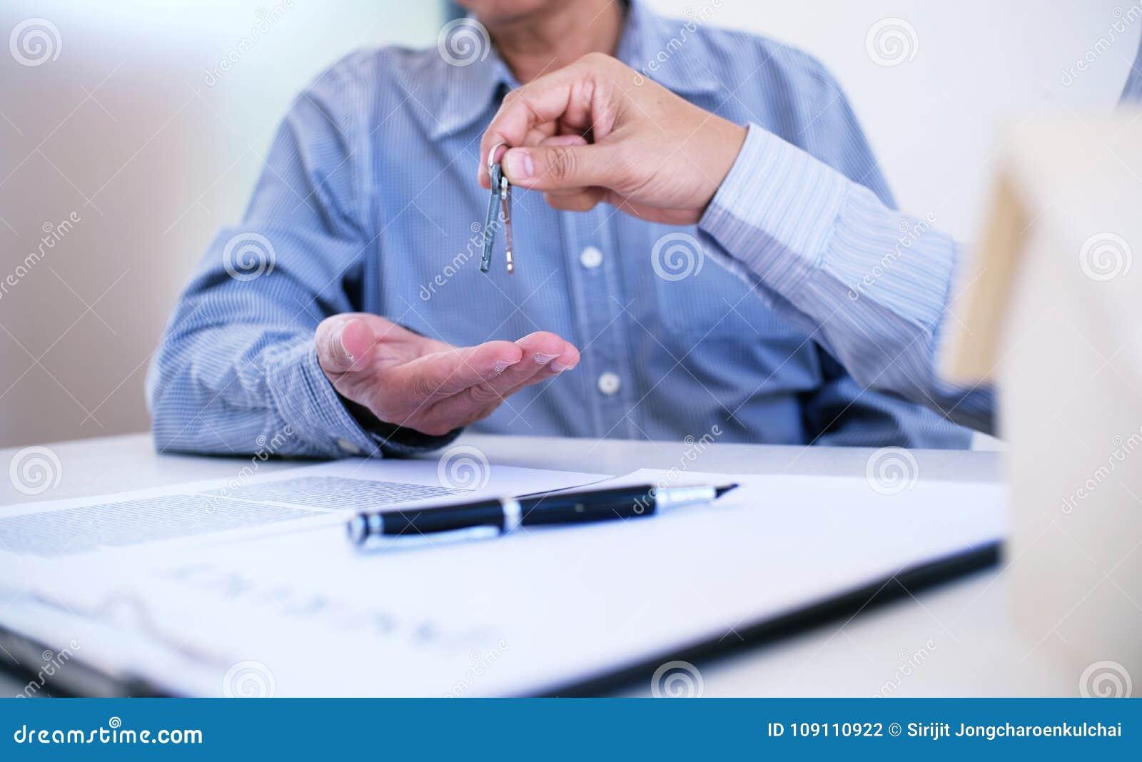 Διευθυντής πωλήσεων που δίνει το έγγραφο αίτησης υποψηφιότητας συμβουλών, consideri