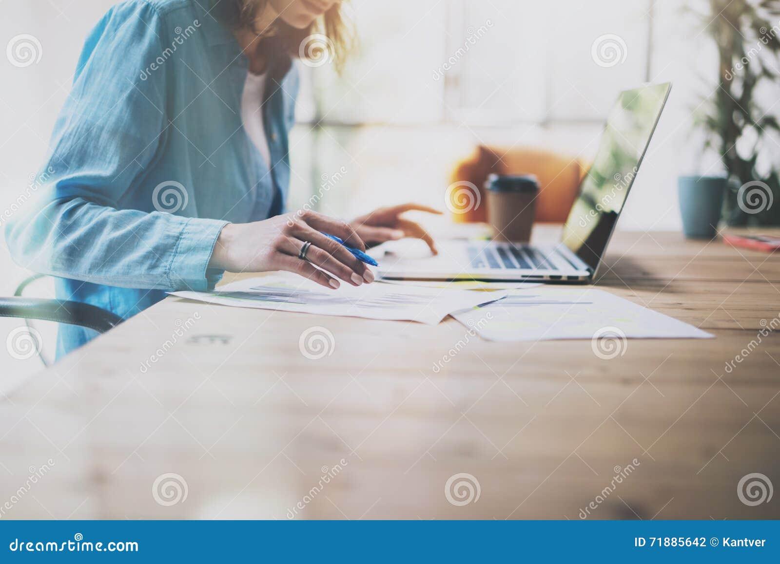 Διευθυντής πωλήσεων φωτογραφιών που απασχολείται στο σύγχρονο γραφείο Γενικά lap-top σχεδίου χρήσης γυναικών και μολύβι εκμετάλλε