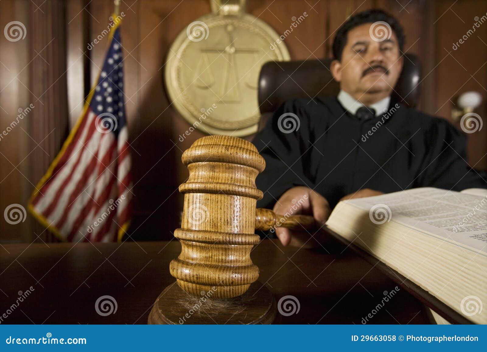 Δικαστής που χρησιμοποιεί Gavel στο δικαστήριο